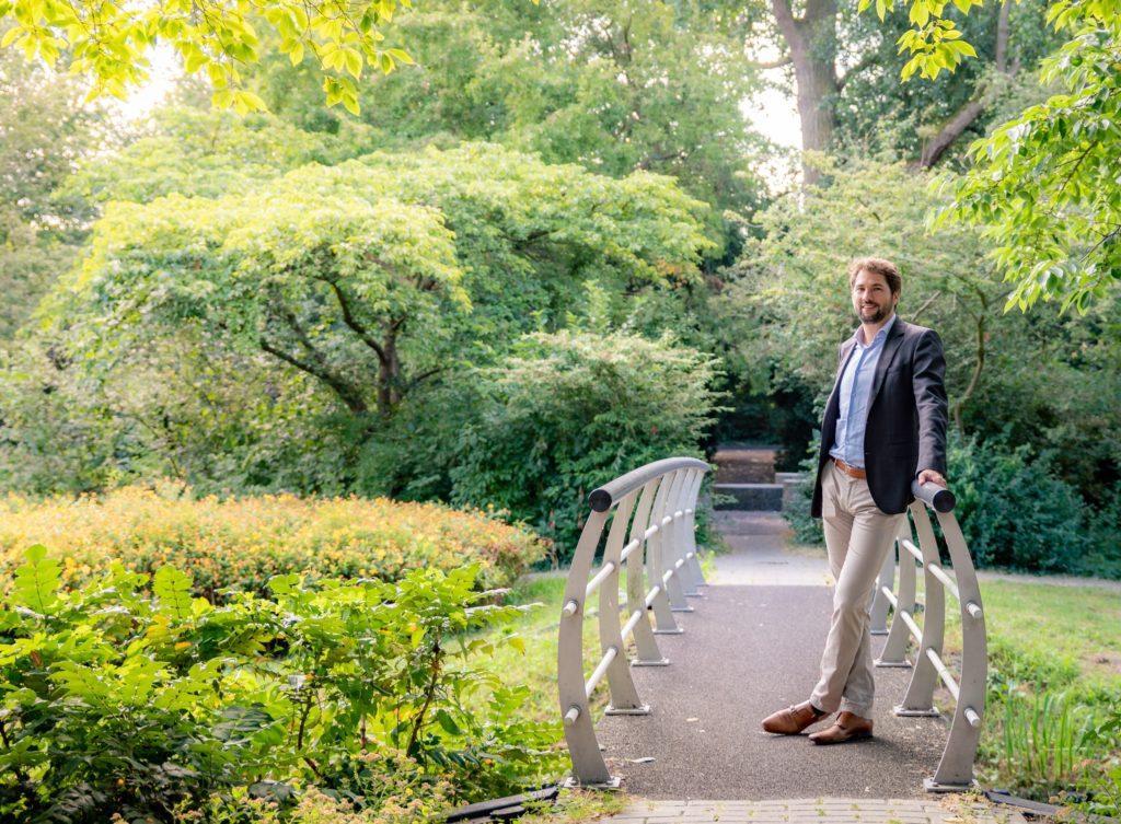 Thijs Kroese in een park